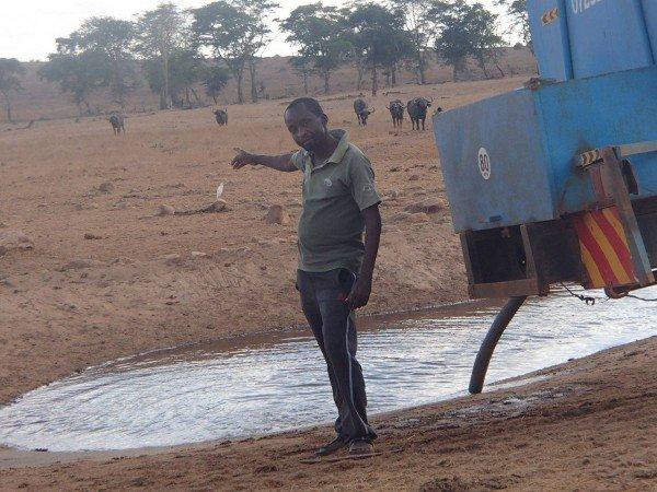 Il-se-rend-lui-même-au-cœur-de-la-savane-pour-donner-de-leau-aux-animaux-qui-souffrent-de-la-sécheresse-5